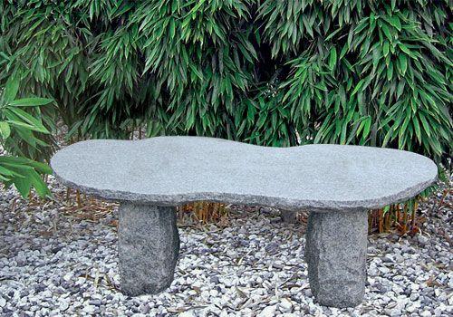 Rustikale Granitbank mit organisch geformter Sitzfläche