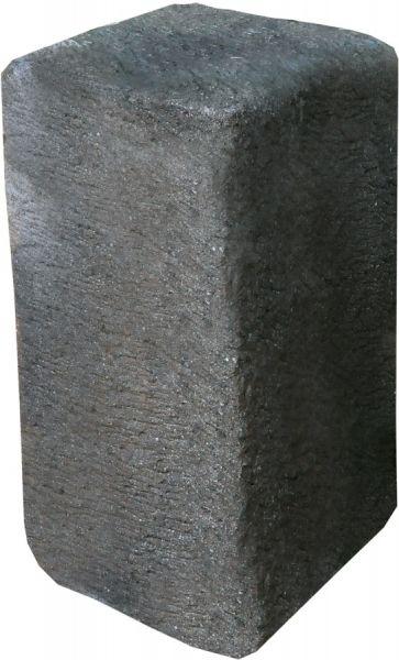 quadratische Säule/Sockel aus Basanit geschlagen