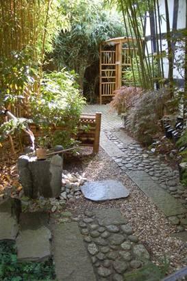 Im japanischen Stil aufwändig gepflasterter Weg
