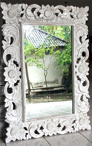 Spiegel mit handgeschnitztem weißem Holzrahmen